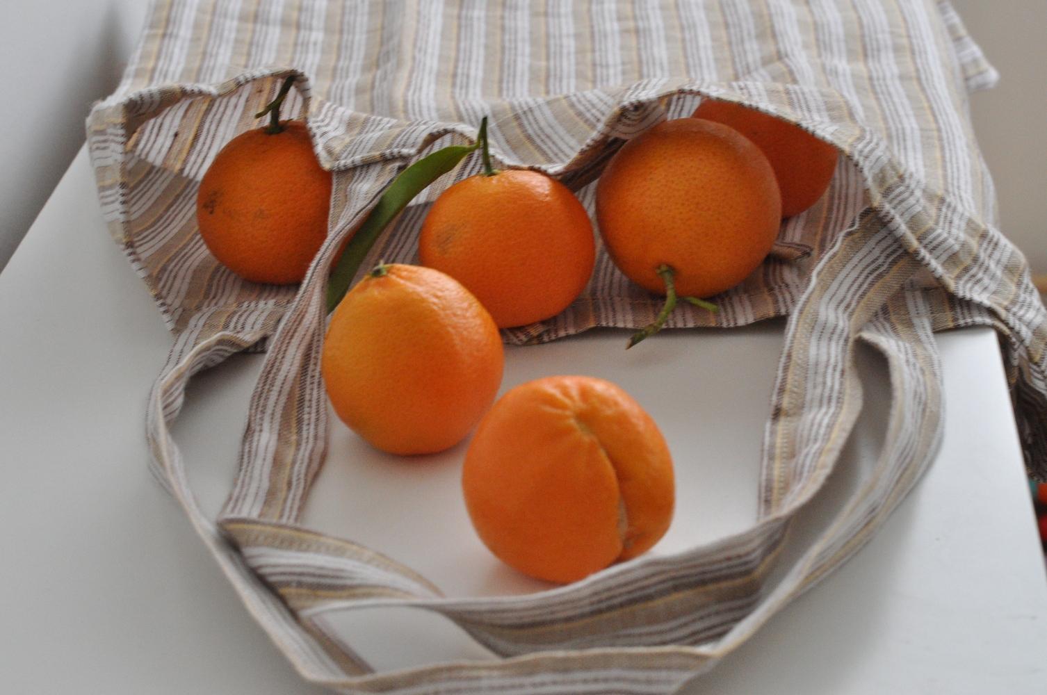 Naranče u platnenoj vrećici